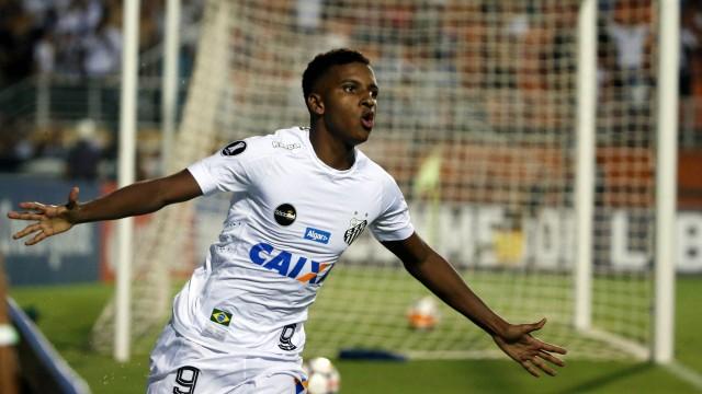 Rodrygo jogando pelo Santos