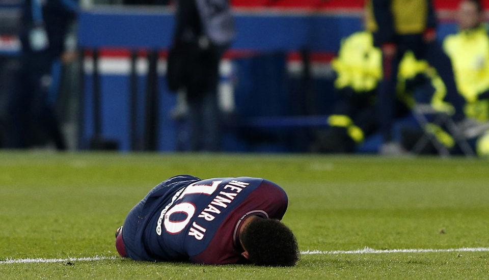 Neymar ficará quatro semanas afastado dos gramados