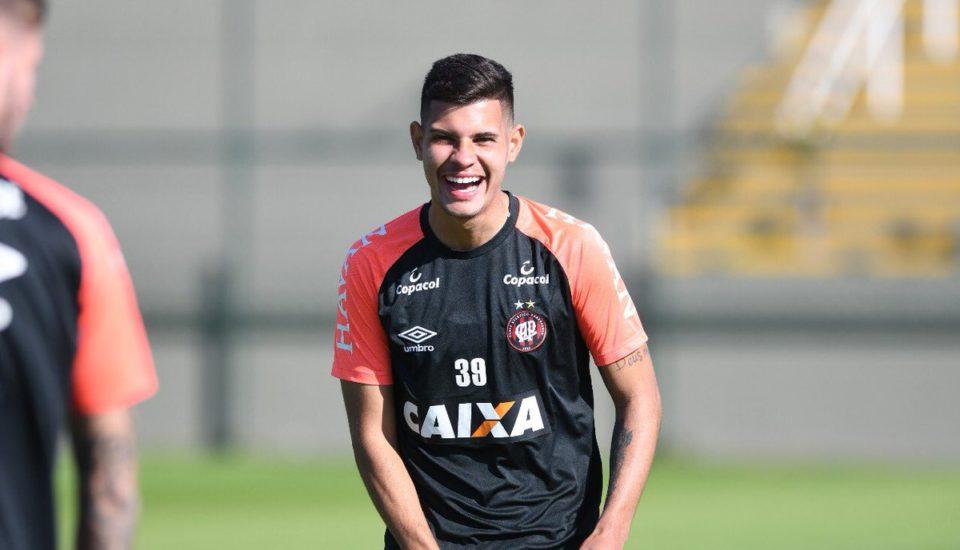 Brasileiro do Athletico Paranaense interessa ao Chelsea